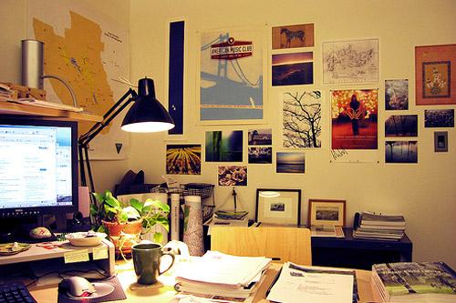 Превратите скучные белые стены в мини-галерею с шедеврами фотоискусства, распечатанными из Интернета и вырезанными из журналов.