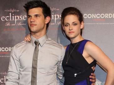 Кристен Стюарт (Kristen Stewart) и Тейлор Лотнер (Taylor Lautner) на важные мероприятия ходят вместе