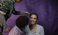 Как Джоли общается с беженцами: трогательное видео