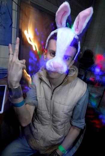 Две ночи московского Хеллоуина в клубе Pacha разделены четко: в пятницу наряжаемся в графов дракул и их подружек, в субботу – в зайчиков и зайчих.