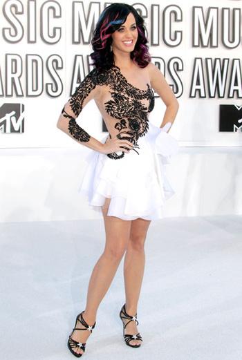 Фигурное катание: Кэти Перри (Katy Perry), кажется, подсмотрела идею с окрашиванием отдельных прядей в яркие цвета у Леди ГаГа. Но ее наряд, больше напоминающий костюм участников «Танцев на льду», испортил общее впечатление.