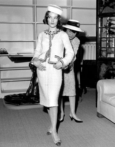 Роми Шнайдер (Romy Schneider) на примерке у Коко Шанель (Coco Chanel)