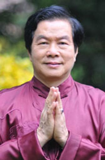 Мантэк Чиа (Mantak Chia), создатель системы Целительного Дао. Родился в 1944 году в Таиланде. Изучал буддийскую медитацию, тайский бокс, кундалини-йогу, китайское кунг-фу. Получил наставления в даосской мудрости, которую теперь передает ученикам.