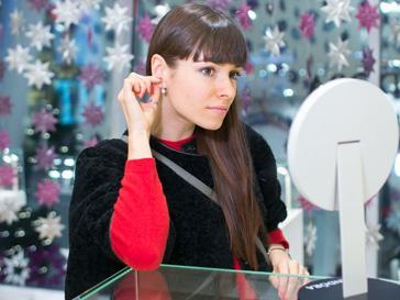 Ирена Понарошку примеряет украшения из коллекции Pandora весна-лето 2013