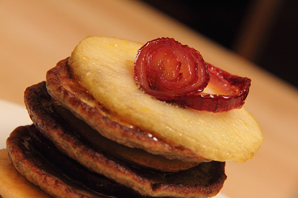 «Башенки» из печеночных оладий с красным луком и яблоками в карамели