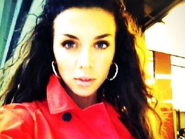 Анна Седокова в любимой обновке - красном плаще.