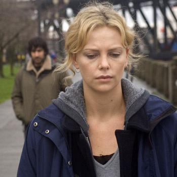 Шарлиз Терон в «Равнине» не узнать. Шикарная блондинка играет запутавшуюся женщину, которая никак не может избавиться от страхов прошлого.