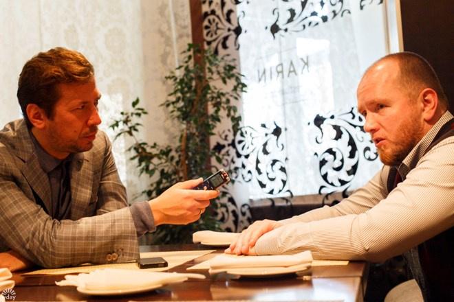 Андрей Мерзликин в образе журналиста, берущего интервью