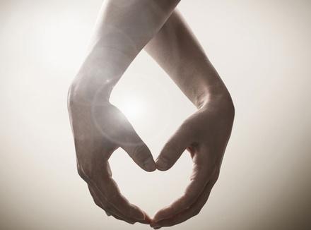 Руки сплетенные в «сердце»