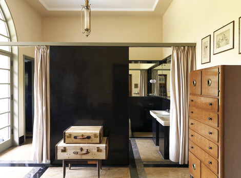 Ванные комнаты отделены от спален невысокими перегородками и тяжелыми портьерами.