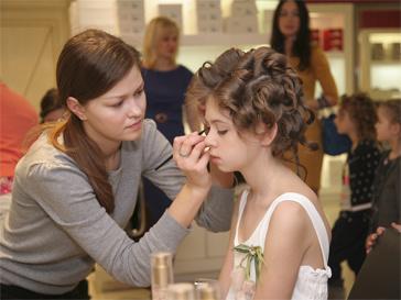 """Маленьким моделям делали """"взрослый"""" макияж."""