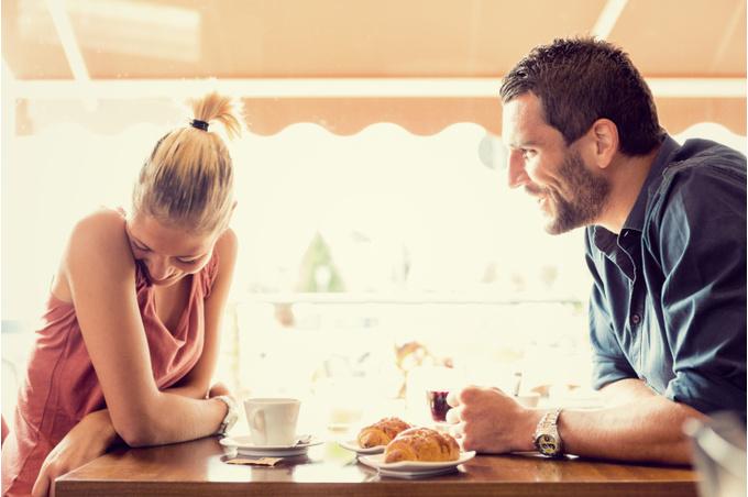 Пара влюбленных за утренним кофе