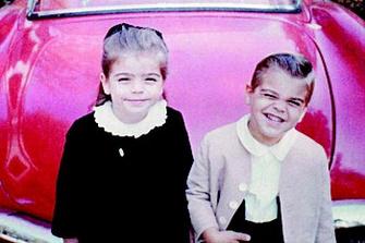 Трехлетний Джордж с сестрой Адой в 1964 году.