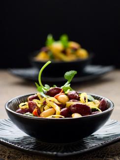 Салат из фасоли с овощами и грибами