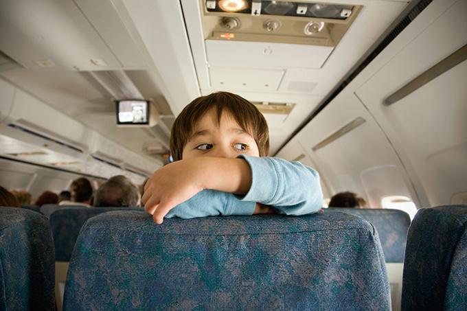 Если ребенок пинает спинку кресла в самолете