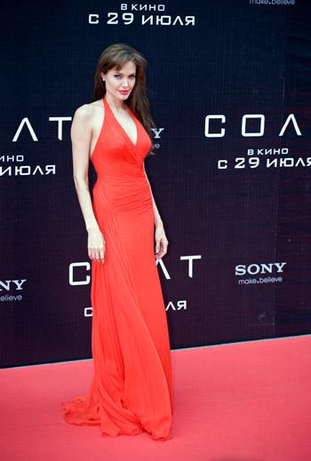 Для премьеры она выбрала красное муслиновое платье Atelier Versace.