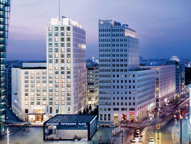 Архитектура современного Берлина (это фасад отеля Ritz-Carlton) напоминает Нью-Йорк.
