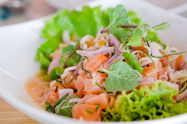 Салат из морской капусты и красной рыбы рецепт