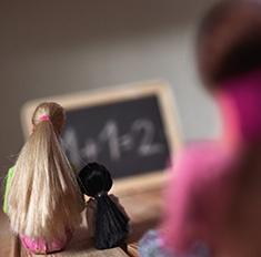 Зачем взрослые играют в запрет на Барби и чем это грозит