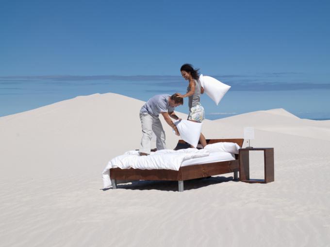 Пара на кровати в пустыне