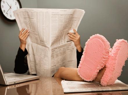 Женщина в розовых тапках за рабочим столом
