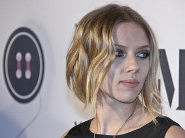 Скарлет Йоханссон (Scarlett Johansonn) приняла участие в благотворительной обувной акции