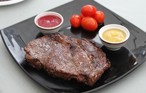 Мясо с базиликом и маринованными томатами черри