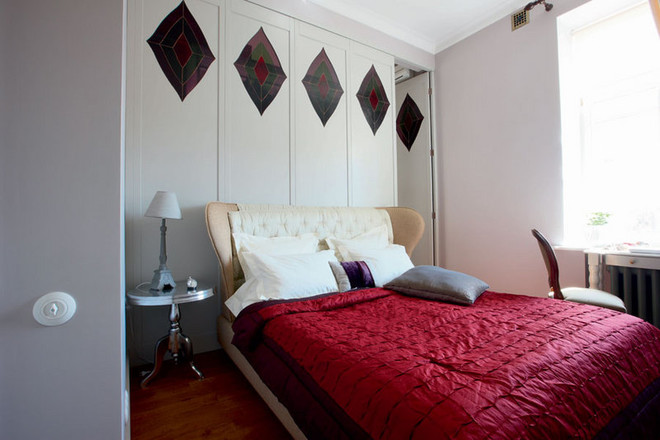 Спальню игардеробную разделяет деревянная перегородка с витражными окнами. Кровать, Giorgetti. Столик, Andrew Martin.