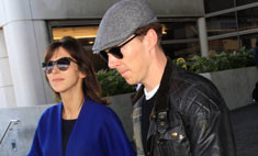 Стильная пара: Камбербэтч с женой в аэропорту