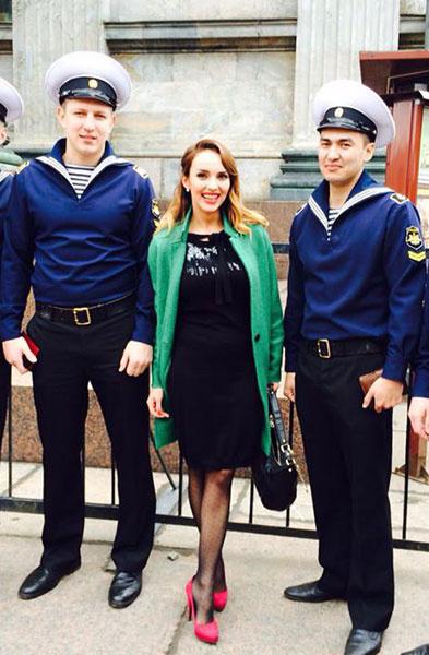 Юлия Зимина в зеленом пальто