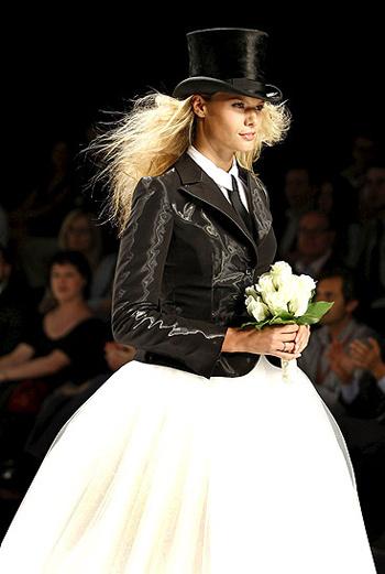 Бельгийская модель Чарис Верхерт Charisse Verhaert, подружка Хулио Иглесиаса, демонстрирует неординарный наряд невесты на показе дома моды Fuentecapala