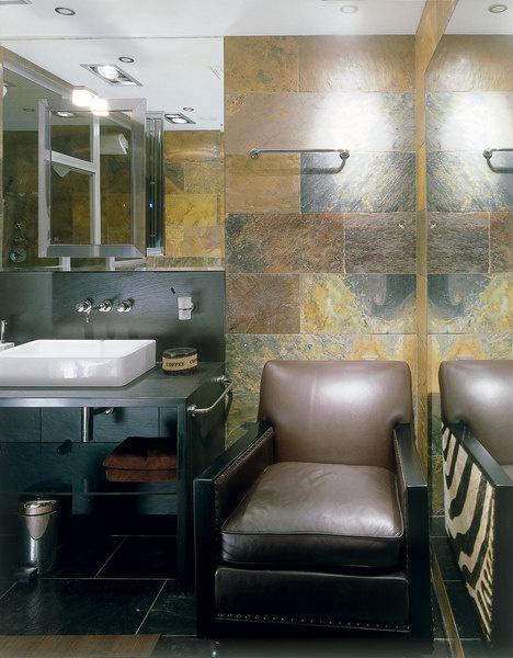 Стены ванной комнаты облицованы сланцем цвета «Африканская осень». Кожаное кресло, Van Den Berg