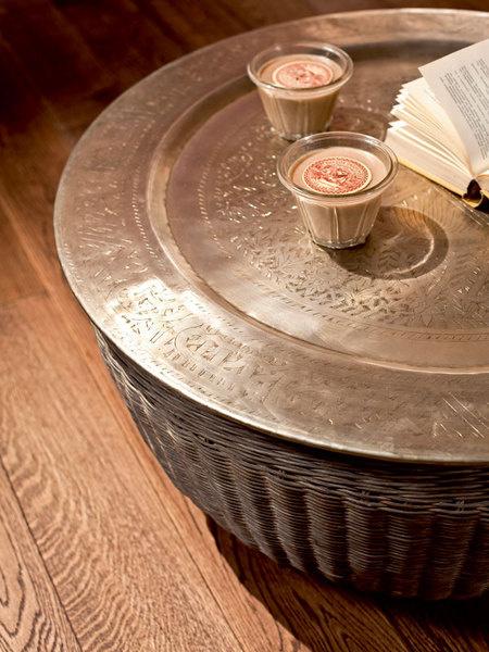 Свеча ароматизированная (Comptoir de Famille), 1 476 руб., «Интерьерная лавка». Поднос (Eichholtz, Нидерланды), 13 250 руб., «Пурпур».