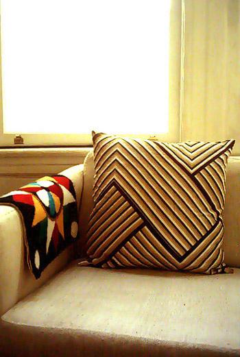 Декоративные подушки разместите на диване, который находится в зоне отдыха.