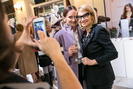 На открытие выставки винтажной бижутерии из коллекции Эвелины Хромченко (2013).