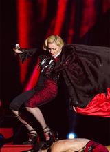 Джорджо Армани обвинил Мадонну в падении во время выступления на Brit Awards
