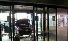 Ревнивый муж протаранил аэропорт в Милане