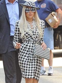 """Леди ГаГа (Lady GaGa) в костюме в """"гусиную лапку"""""""
