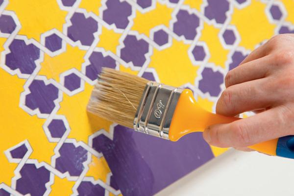 Оставшийся лист фанеры укладывают на основание, выравнивают,прибивают, окрашивают в желтый цвет и покрывают декупажным клеем-лаком. Наш столик в восточном стиле готов!