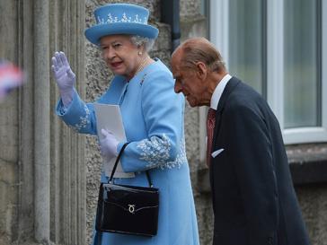 Елизавета II не выходит в свет без суики от Launer