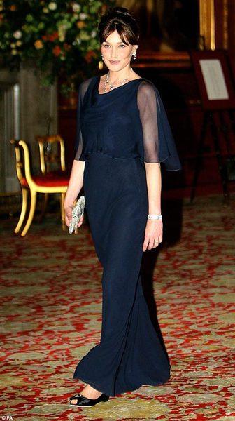 Вечером на торжественном ужине Карла снова покорила всех, надев изящное темно-синее платье.