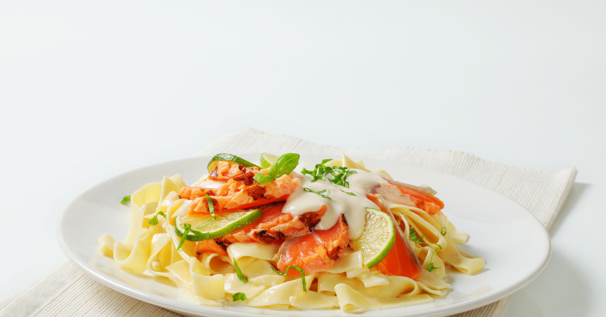 Спагетти с лососем в сливочном соусе рецепт пошагово в