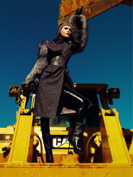 Шерстяное пальто с рукавами из чернобурой лисицы, MaxMara; шерстяная водолазка, Benetton; легинсы из латекса, Coast + Weber + Ahaus; кожаный пояс, Roberta Furlanetto; перчатки из кожи, Caractère; сапоги, Yves Saint Laurent. Присматриваемся к пальто с объемными рукавами из пушистого меха — зима должна быть теплой