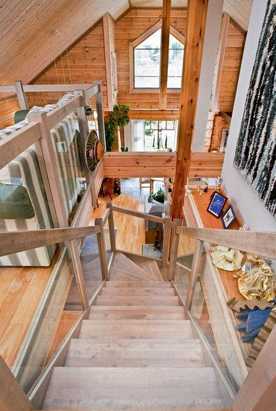 Лестница. Благодаря стеклянным панелям лестница безопасна вэксплуатации иприэтом некажется массивной. Аналогично оформлено ограждение балкона в холле второго этажа: стекло не создает преграду для взгляда и дает возможность наблюдать сверху за происходящим вгостиной.
