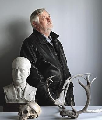 Известный палеонтолог Ив Коппенс в своем рабочем кабинете.