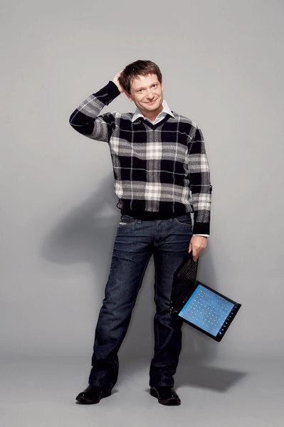 Джемпер из шерсти, Burberry; сорочка из хлопка, Van Laack; джинсы, кожаные ботинки, все – Diesel
