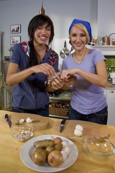 Елена Борщева готовит с Лерой низкокалорийный салат «Мимоза».