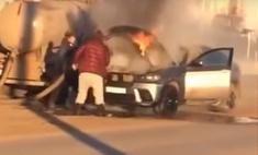 Горевший BMW в Самаре потушили содержимым ассенизаторской машины: видео