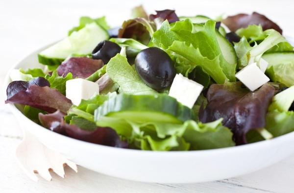 Салат с оливками и кукурузой: рецепт