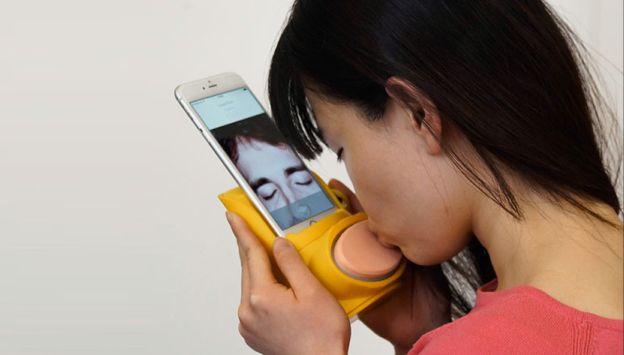 Kissenger— устройство для передачи поцелуев нарасстоянии